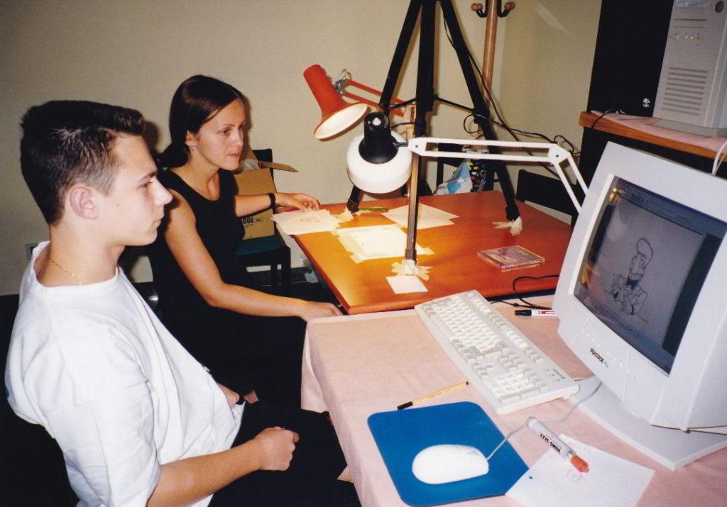 Nova video-kompjuterska oprema korištena je i na prvoj Školi medijske kulture u Šibeniku 1999. godine. Na slici polaznik škole Vjekoslav Živković i nova voditeljica ŠAF-a, Jasminka Bijelić.